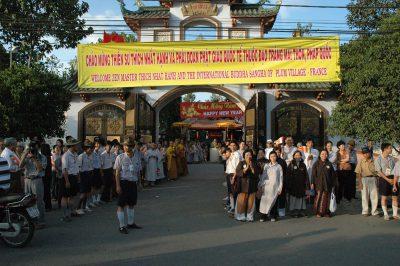2007 02 20 chào đón Tăng Thân Làng Mai chùa Pháp Vân