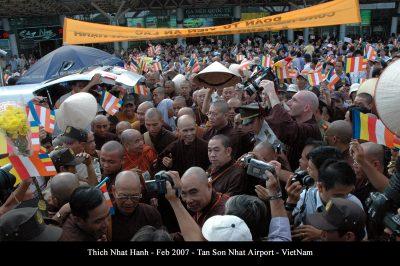 2007 02 20 ts Nhất Hạnh và Tăng thân Làng Mai đến VN sân bay TSN