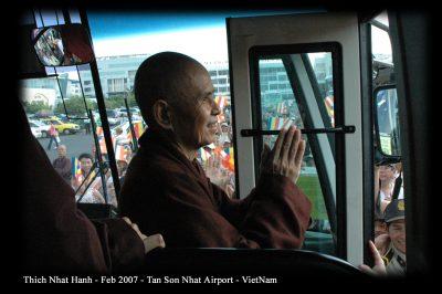 2007 02 20 ts Nhất Hạnh về VN sân bay Tân Sơn Nhất