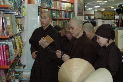 2007 02 21 thăm nhà sách Fahasa