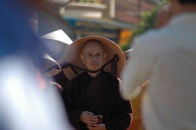 2007 03 11 Tăng thân làng Mai khất thực tại Bảo Lộc