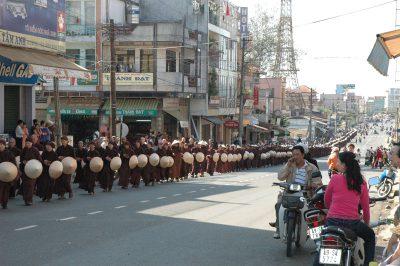 2007 03 11 khất thực tại Bảo Lộc tăng thân Làng Mai