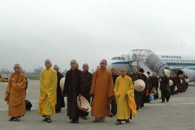 2007 03 23 ts Nhất Hạnh và tăng thân Làng Mai đến Huế sân bay Nội Bài