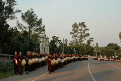 2007 03 31 Cổ phật khất thực từ chùa Từ Hiếu đến Đàn Nam - Làng Mai