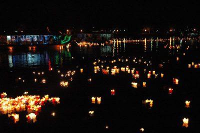2007 04 02 Trai Đàn Chẩn Tế Huế Quốc Tự Diệu Đế lễ phóng đăng tại sông Hương