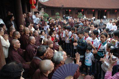 2007 04 25 Tăng thân làng mai thăm Quốc Tử Giám Hà Nội