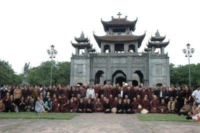2007 04 30 thăm nhà thờ Pháp Diệm - tăng thân Làng Mai