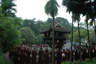 2007 05 04 Tăng thân Làng Mai thăm chùa Một Cột