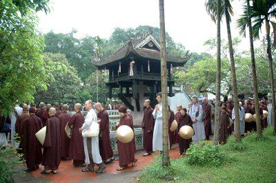 2007 05 04 thiền hành thăm chùa Một Cột - ts Nhất Hạnh và Tăng thân Làng Mai