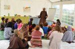 Thầy Pháp Dung hướng dẫn cho trẻ em