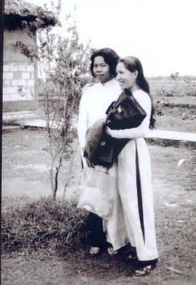 Nhất Chi Mai (tóc dài bên phải)