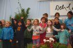 Các em nhỏ người Đức hát tặng đại chúng.2