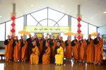 Các vị tân tỳ kheo chụp hình với Chư Tôn Đức