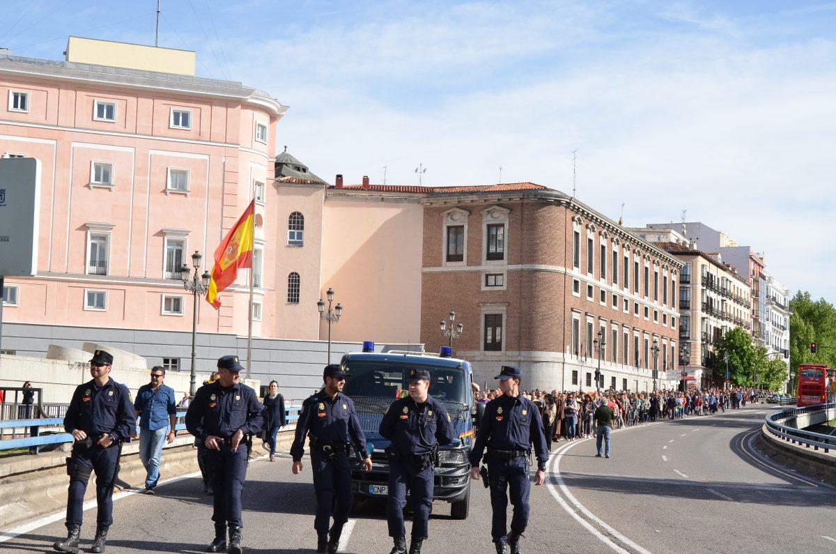 Cảnh sát mở đường