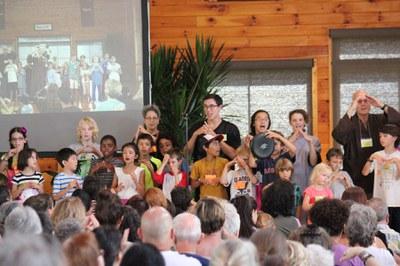 Các em trẻ hát cúng dường bài Hai lời hứa