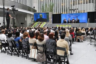 Thien su Thich Nhat Hanh tham World Bank