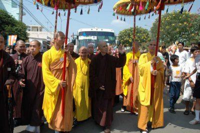 Ts Nhất Hạnh và tăng thân Làng Mai về chùa Pháp Vân 2005