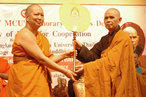 ts Nhất Hạnh và Viện Trưởng trường MahaChulalongkorn - Thái Lan 2011