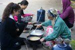 Các chị đang làm bánh cho các em trong ngày làm biếng